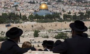 Ultra-Orthodox Jews look towards Temple Mount