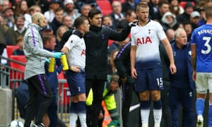 Mauricio Pochettino speaks to Kieran Trippier during a Tottenham match last season.