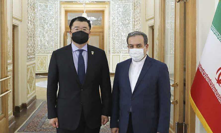 نائب وزير خارجية كوريا الجنوبية ، تشوي جونغ كون ، إلى اليسار ، يلتقي بنظيره الإيراني عباس عراقجي ، في طهران في يناير.