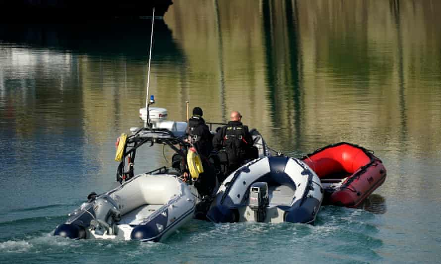 Border Force tows empty dinghies to shore