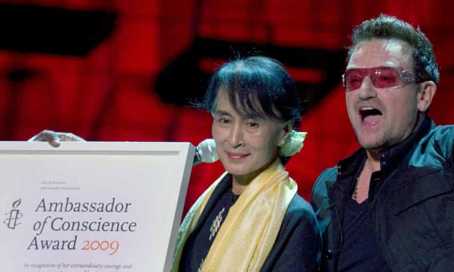 Bono hands Aung San Suu Kyi Amnesty International's Ambassador of Conscience award in Dublin, June 2012
