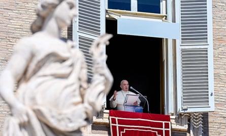 Paus Fransiskus berpidato di hadapan para jemaah di Lapangan Santo Petrus, Vatikan, pada hari Minggu.