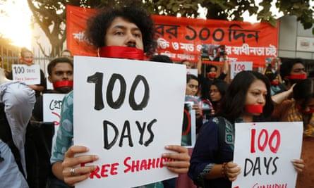 Bangladeshi photographers form human chain for Shahidul Alam in Dhaka on 13 November 2018.