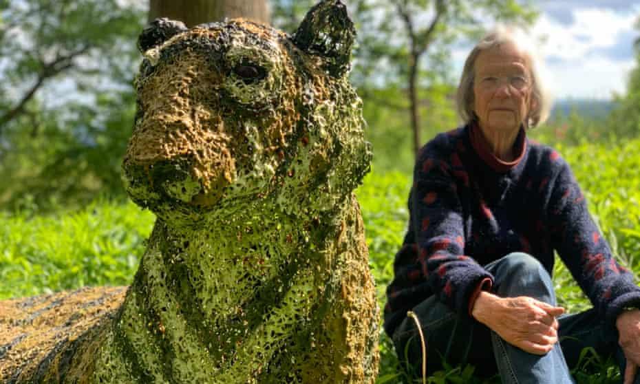 Sculptor Juliet Simpson with her model tiger.