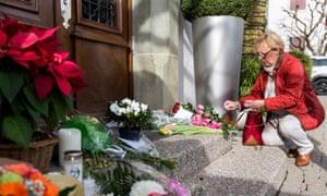 人们在Benoit Violier餐厅的入口处摆放鲜花