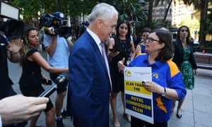 Leonie Sheedy confronts Malcolm Turnbull outside the hearing, asking about the commonwealth's redress scheme