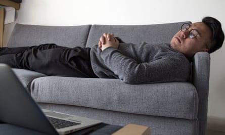 Huai Yang trades bitcoin from his sofa.