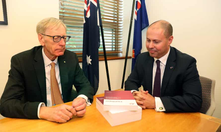 Commissioner Kenneth Hayne and treasurer Josh Frydenberg (right)  with the final report from the banking royal commission, 1 February 2019.
