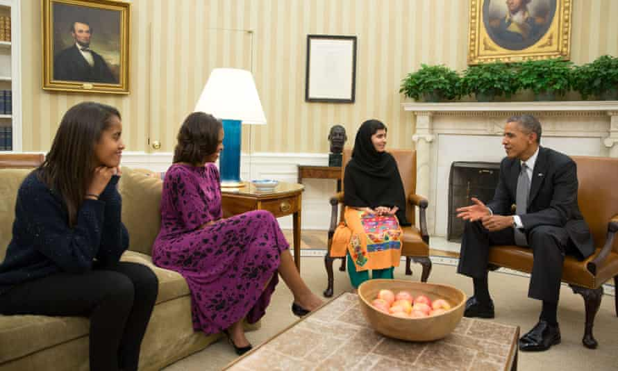 US president Barack Obama, first lady Michelle Obama and their daughter Malia meeting with Yousafzai in the Oval Office in 2013.