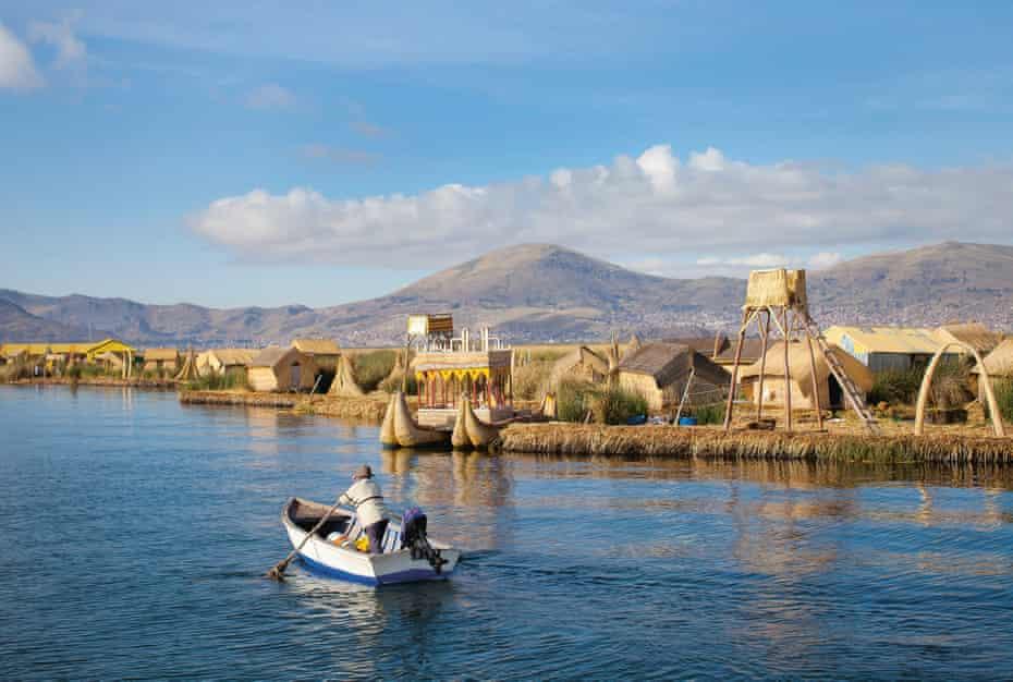 Dalgaların üzerinde ... Peru, Titicaca Gölü'ndeki totora-kamış yüzen ada sistemi.