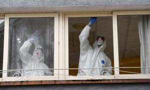 Des travailleurs nettoient une maison de soins infirmiers où une femme est décédée et plusieurs résidents et soignants ont reçu un diagnostic de coronavirus à Grado, dans les Asturies.