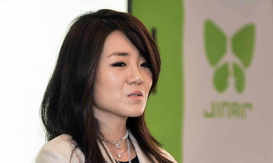 Police are investigating whether Cho Hyun-min threw water at an ad agency official, which if confirmed could constitute physical assault.
