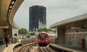 从伦敦西部的Wood Lane车站看到的Grenfell塔的烧焦遗骸。