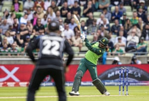 Phehlukwayo holes out to Williamson to lose his wicket for a duck.
