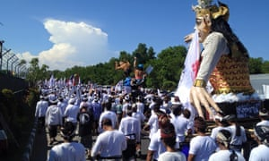 tens of thousands of protesters gathered at a  major roundabout close to Benoa Bay