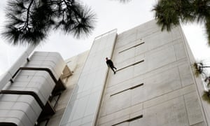 Amelia Rudolph walks down the side of the Broad Art Center in UCLA in 2013 in Man Walking Down the Side of a Building.