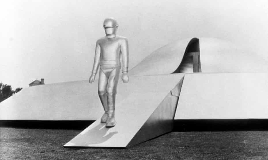 A robot walks out of a flying saucer