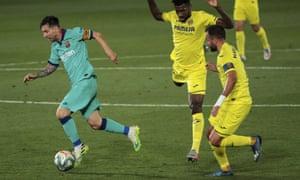 Lionel Messi lên bóng trong chiến thắng của Barcelona tại Villarreal