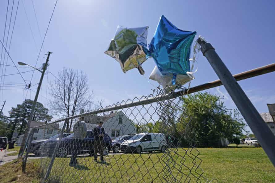 Se ven globos atados a una cerca en Elizabeth City, Carolina del Norte, en la escena donde Andrew Brown fue asesinado.