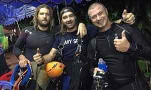 Erik Brown, Mikko Paasi e Claus Rasmussen (da esquerda para a direita), mergulhadores envolvidos no resgate do último grupo de garotos presos na caverna.