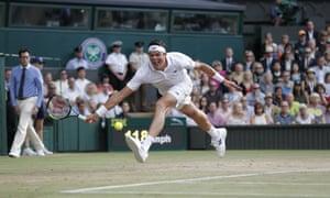Milos Raonic is struggling against Roger Federer.