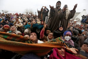 Srinagar, India: Kashmiri Muslims react upon seeing a relic believed to be hair from the beard of Muhammad, during a festival to mark the anniversary of the death of Abu Bakr
