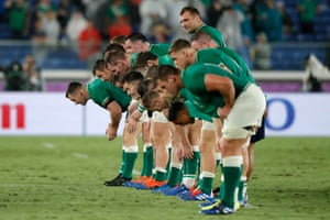 Ireland players bow to applaud fans after their 27-3 victory over Scotland.