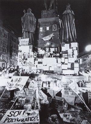 25 November 1989, 20:00: Banners in Wenceslas Square in Prague