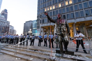 La policía de Pensilvania detrás de una estatua ilegible de Frank Rizzo.