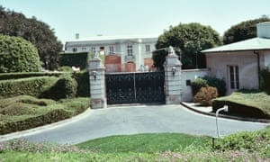 The mansion at 750 Bel Air Road in 1988, after it was bought by Jerry Perenchio from the family of Arnold Kirkeby.