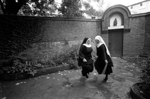 Nuns from Tyburn Convent, Marble Arch perform a sponsored skip to rebuild the convent front, 17 August 1989. (Archive ref. GUA/6/9/2/1/1).