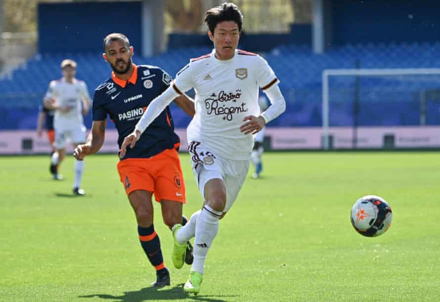 Hilton chases down Ui-Jo Hwang in Monpellier's 3-1 win over Bordeaux.