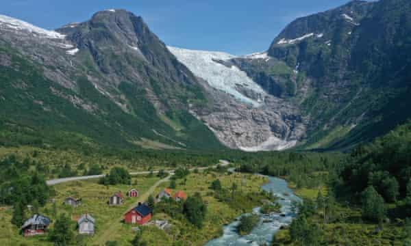 El agua de deshielo se precipita desde el glaciar Boyabreen en Fjaerland, Noruega