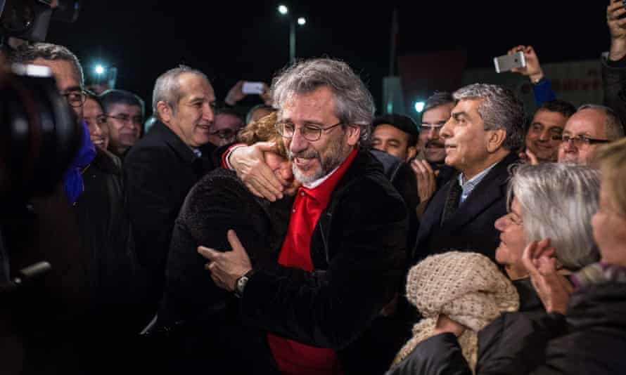 Can Dündar, the Cumhuriyet daily's editor-in-chief hugs his wife Dilek, after being freed from Silivri prison in Istanbul.