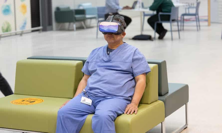 Seorang anggota staf mengenakan headset VR