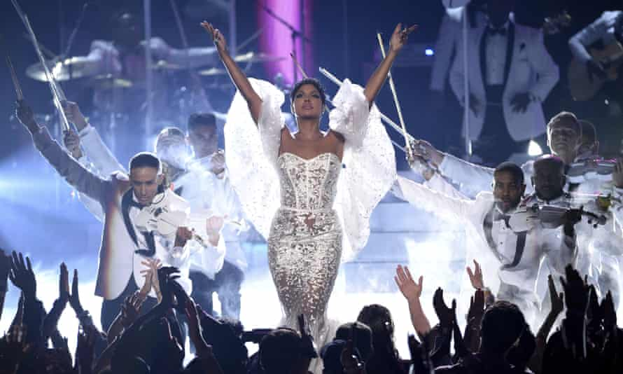 """Toni Braxton performs """"Unbreak My Heart"""" at the 2019 American Music Awards."""