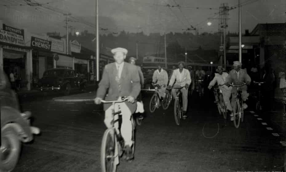 Workers cycle home to Alexandra Township along Louis Botha Avenue in 1946.