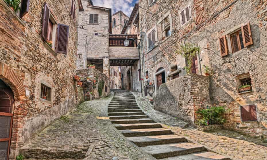 Vicolo nel borgo medievale di Angiari, Arisco, Toscana