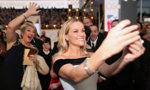 Reese Witherspoon takes a selfie and gets photobombed
