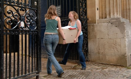 Students unload for the beginning of term