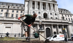 A gardener works in front of the Bank of England in London, 22 May 2020.