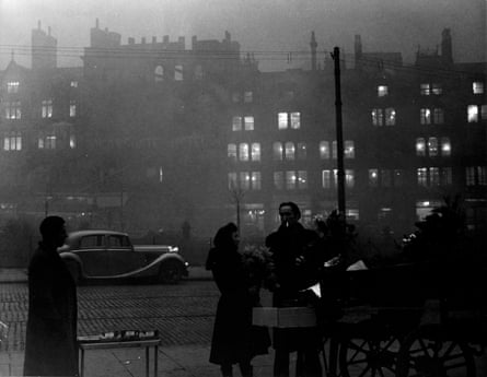 Smog in 1950's : Holiday fog in Victoria Street Manchester in 1952_3.