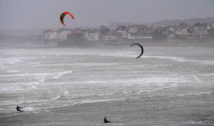I kite surfisti sfruttano al massimo le potenti raffiche nella baia di Wissant, nel nord della Francia