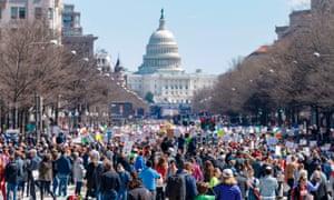 Los asistentes al Rally demuestran en Pennsylvania Avenue durante el March for Our Lives Rally en Washington, DC.