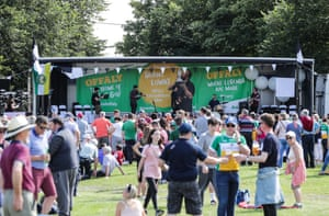 Offaly singing legend Mundy entertains the crowd at Clara GAA Club ahead of Lowry's arrival