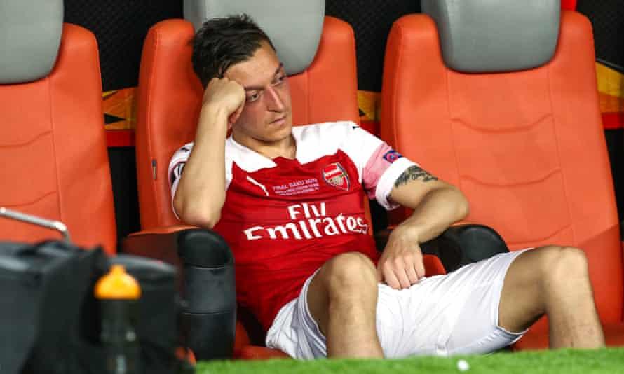 mesut özil, chelsea'nin 2019 avrupa ligi final mağlubiyetinde oyundan çıkarılmasının ardından yedek kulübesinde üzgün görünüyor.