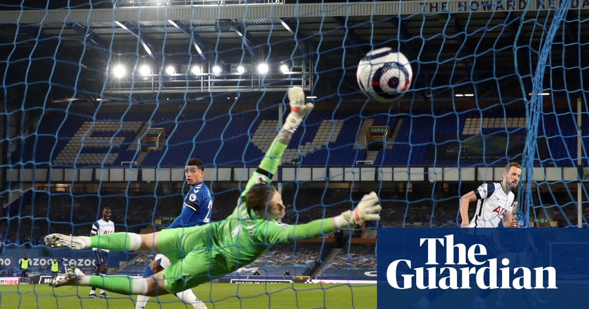 Tottenham's Kane and Everton's Sigurdsson hit doubles in thrilling draw