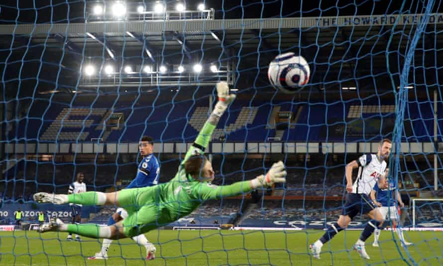 Harry Kane equalises for Tottenham in the 2-2 draw at Everton