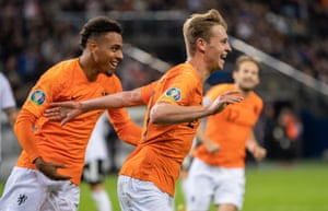 Frenkie de Jong celebrates the equaliser.