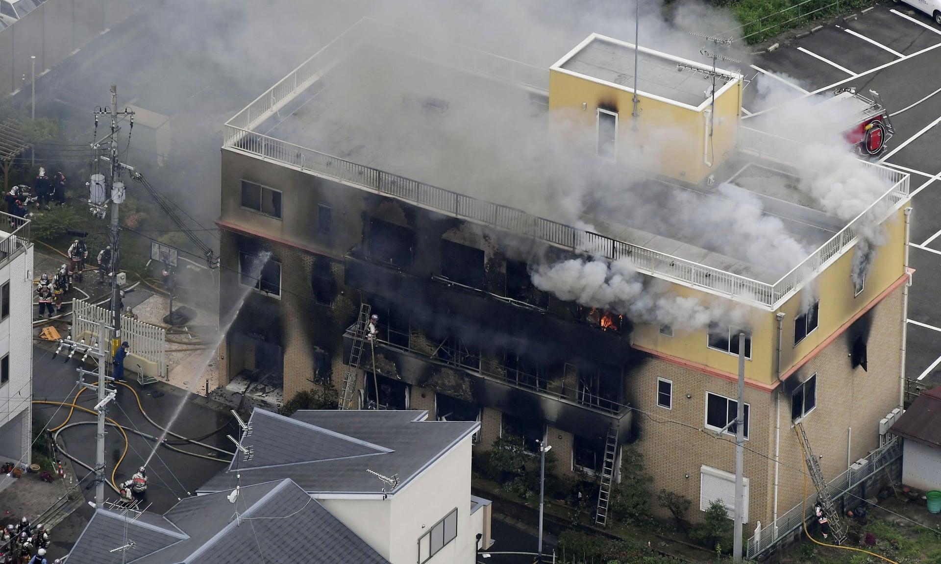 Дым от пожара поднимается над зданием Kyoto Animation 18 июля 2019 года, масштаб нападения ужасает